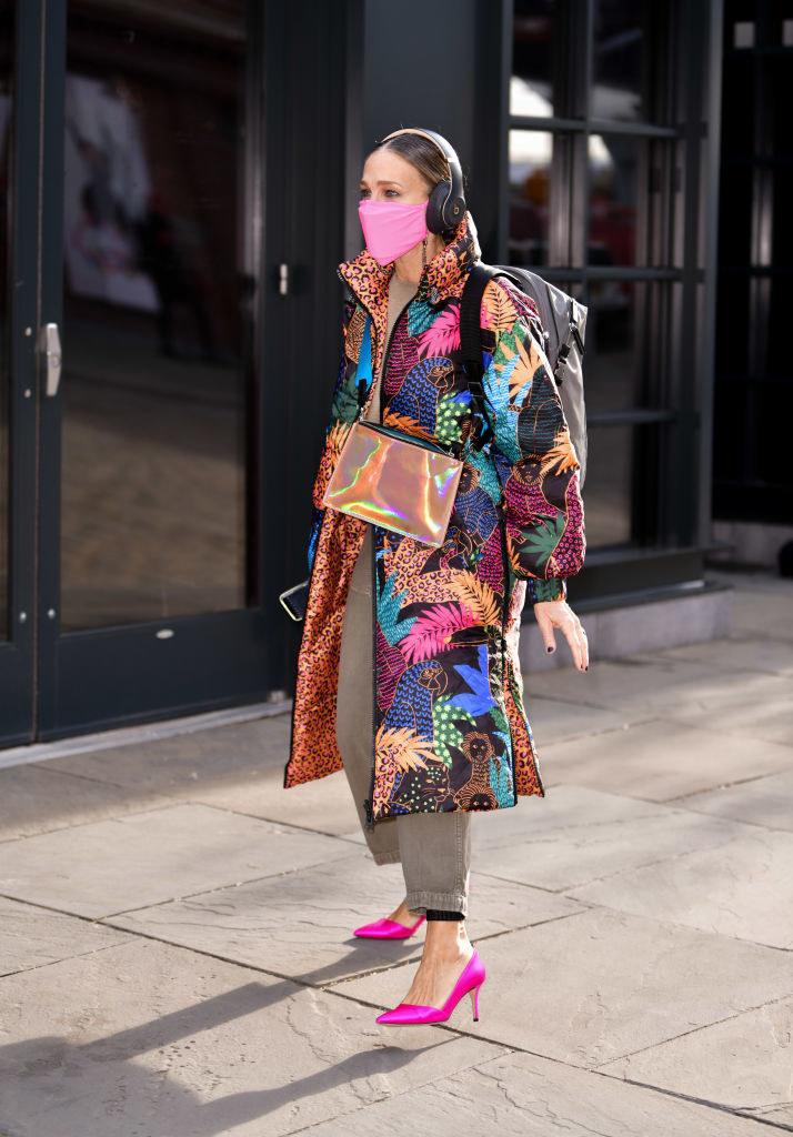 We wzorzystym, puchowym płaszczu dała się ostatnio sfotografować Sarah Jessica Parker /James Devaney /Getty Images
