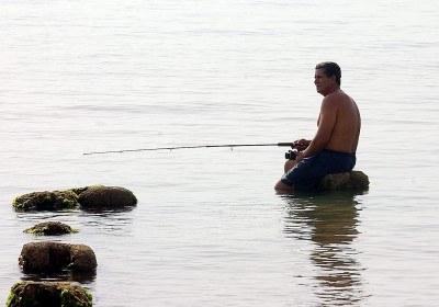 Wędkarskie wyprawy stają się w Polsce coraz popularniejsze /AFP