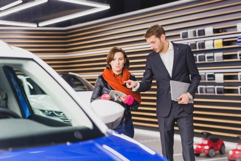 Według badań Millward Brown wykonanych na zlecenie Volkswagena, 57 proc. klientów salonów samochodowych myśli o kosztach spalania przy wyborze modelu auta /123RF/PICSEL