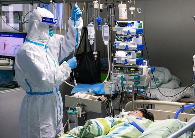 Według chińskich władz w wyniku zakażenia nowym koronawirusem w Państwie Środka zmarło 41 osób /XIONG QI / XINHUA /PAP/EPA