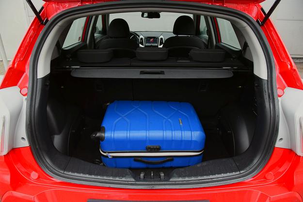 Według danych fabrycznych bagażnik ma 423 l, ale wydaje się mniejszy. /Motor
