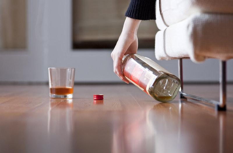 Według danych GUS, w 2017 r. każdy Polak powyżej 15. roku życia wypił średnio około 11,1 litra czystego spirytusu /123RF/PICSEL