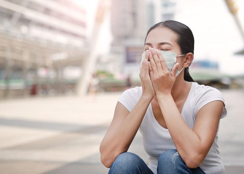 Według eskpertów maseczki nie zabezpieczają przed zarażeniem się wirusem /123RF/PICSEL