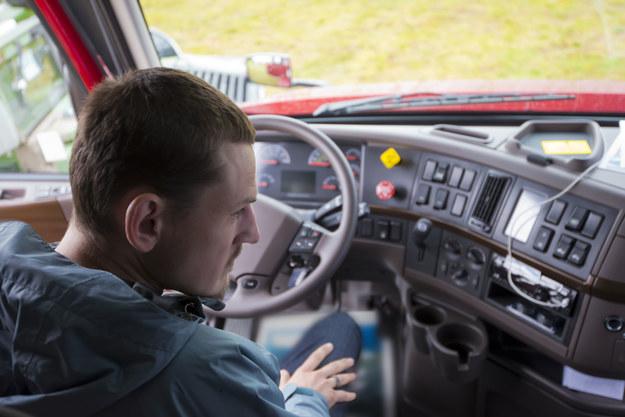 Według Głównego Urzędu Statystycznego przeciętne wynagrodzenie kierowcy samochodu ciężarowego wynosi obecnie 3392 zł brutto /123RF/PICSEL