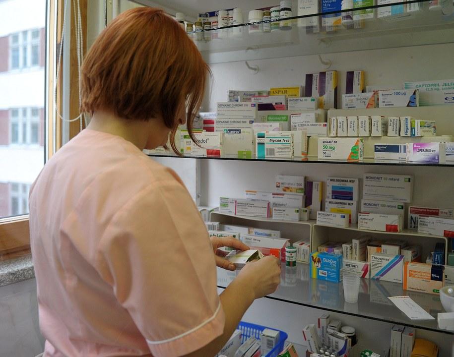 Według jednego z pomysłów z tzw. pakietu kolejkowego, pielęgniarki miałyby dostać prawo wypisywania recept /Darek Delmanowicz /PAP