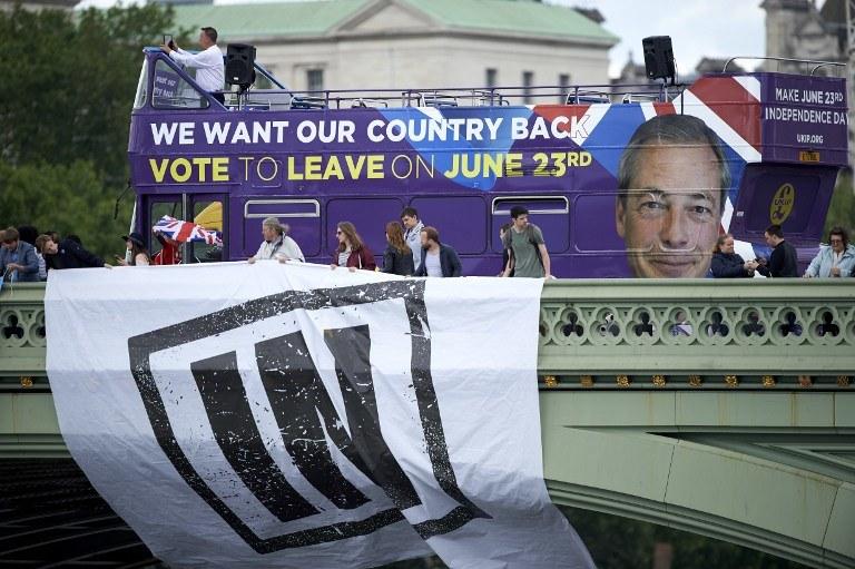 Według najnowszego sondażu liczba zwolenników wyjścia Wlk. Brytanii z UE zrównała się ze zwolennikami pozostania /NIKLAS HALLE'N / AFP /AFP