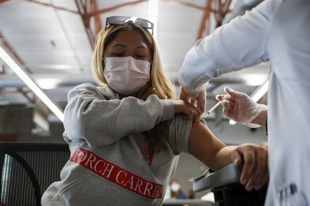 Według najnowszych, izraelskich badań poziom antyciał po przyjęciu trzeciej dawki szczepionki przeciw Covid-19 jest 10 razy wyższy niż po drugiej dawce. /CAROLINE BREHMAN /PAP/EPA