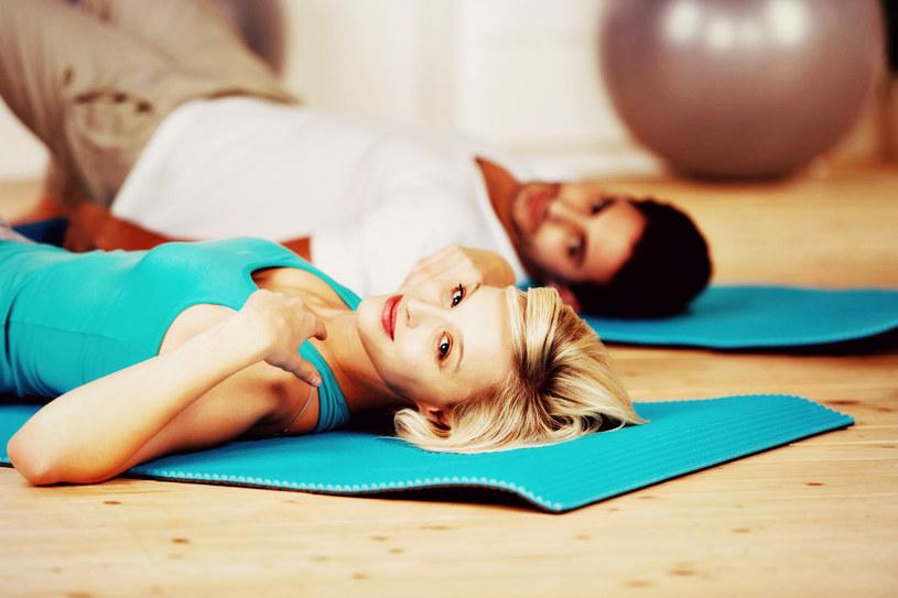 Według naukowców wspólne ćwiczenia na siłowni mogą sprawić, że będziecie częściej lądować w łóżku /123RF/PICSEL