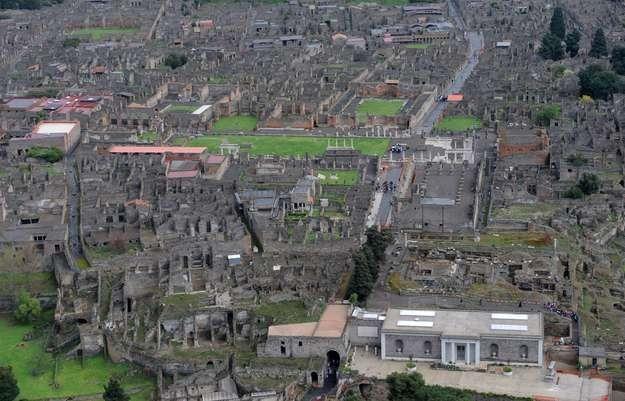 Według obliczeń zawaleniem grozi 80 procent zabytkowych domów i ich pozostałości w Pompejach /AFP