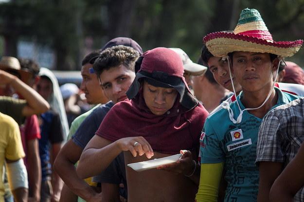 Według oficjalnych danych każdego roku granicę Meksyku z USA przekracza 400 000 nielegalnych uchodźców /LUIS VILLALOBOS /PAP/EPA