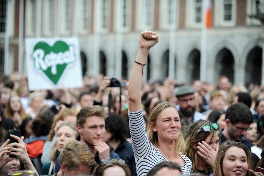 Według ogłoszonych w sobotę wyników piątkowego referendum w sprawie uchylenia ósmej poprawki do konstytucji zrównującej prawo do życia kobiety i nienarodzonego dziecka oraz otwarcia drogi do liberalizacji przepisów aborcyjnych za zmianą prawa zagłosowało 66,4 proc. wyborców