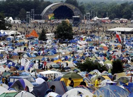 Według policji, do Kostrzyna przyjechało już ok. 20 tys. osób /AFP