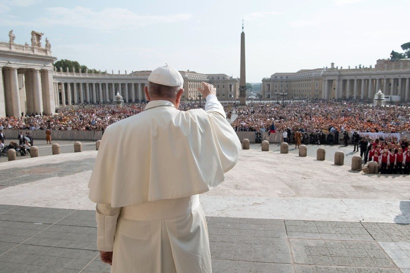 Według przepowiedni Malachiasza po tym, kiedy ustąpi papież Franciszek ma nastąpić koniec znanego nam świata /AFP PHOTO / OSSERVATORE ROMANO /East News