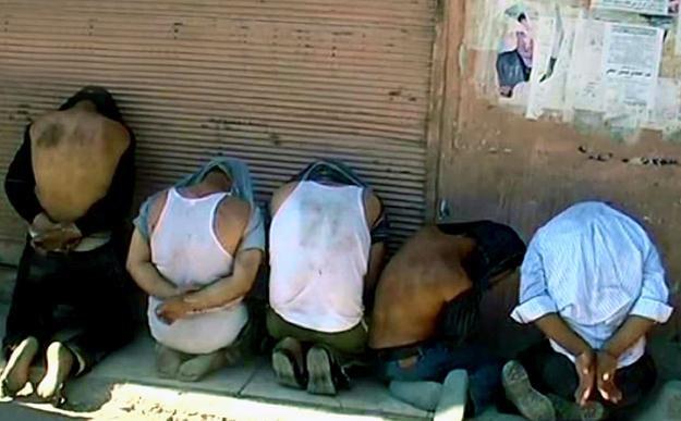 """Według rządowej agencji prasowej, na zdjęciu """"terroryści"""" zatrzymani w Damaszku /AFP"""