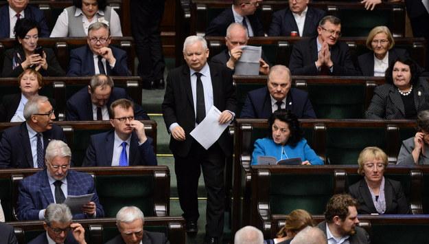 Według sondażu PiS mógłby liczyć na 41,1 proc. poparcia / Jakub Kamiński    /PAP