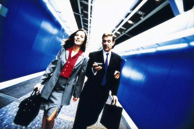 Według specjalistów ds. rekrutacji, chętniej podróżują ludzie młodzi, bez zobowiązań rodzinnych /© Bauer