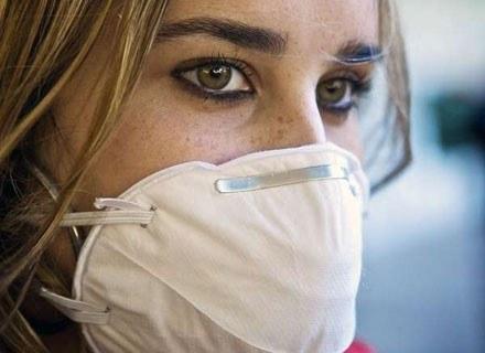 Według specjalistów, maseczki nie chronią przed zachorowaniem na grypę /AFP
