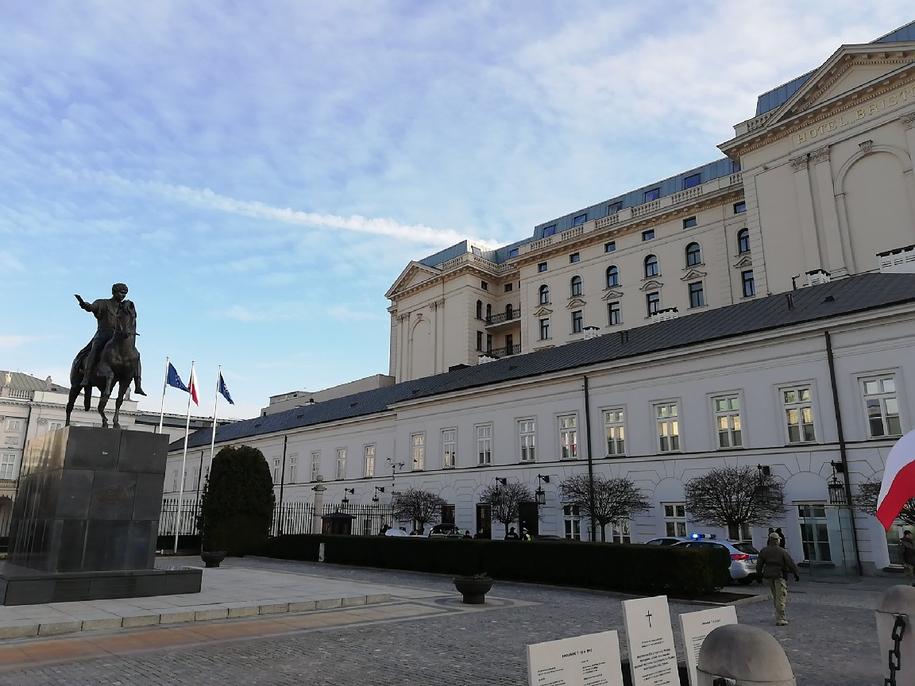 Według świadków auto próbowała sforsować bramę  Pałacu /RMF24