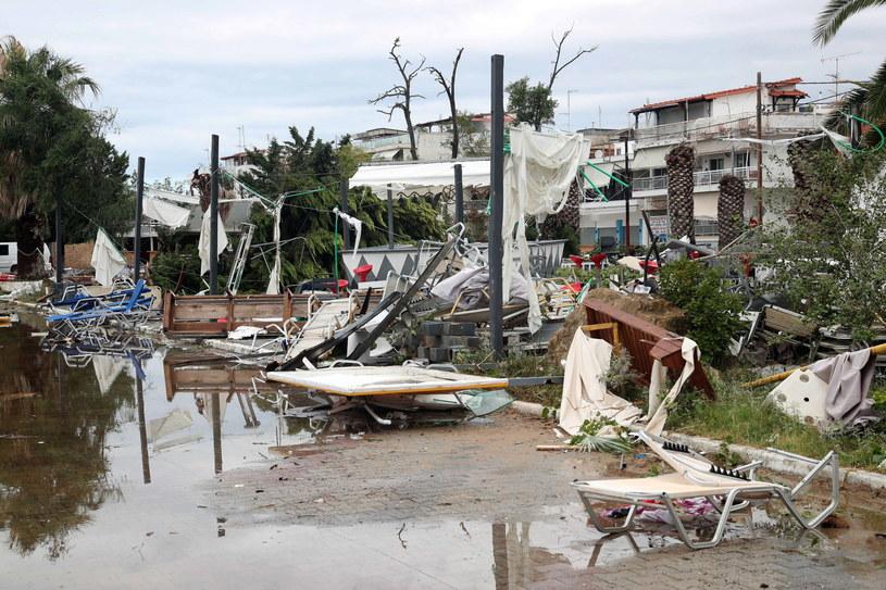 Według świadków burza, która powaliła drzewa i pozrywała dachy domów, trwała zaledwie kilka minut /VERVERIDIS VASSILIS /PAP/EPA