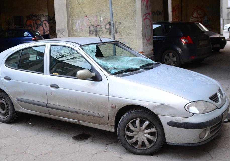 Według świadków kobieta wypadła z okna wprost na auto /Paweł Balinowski /RMF FM