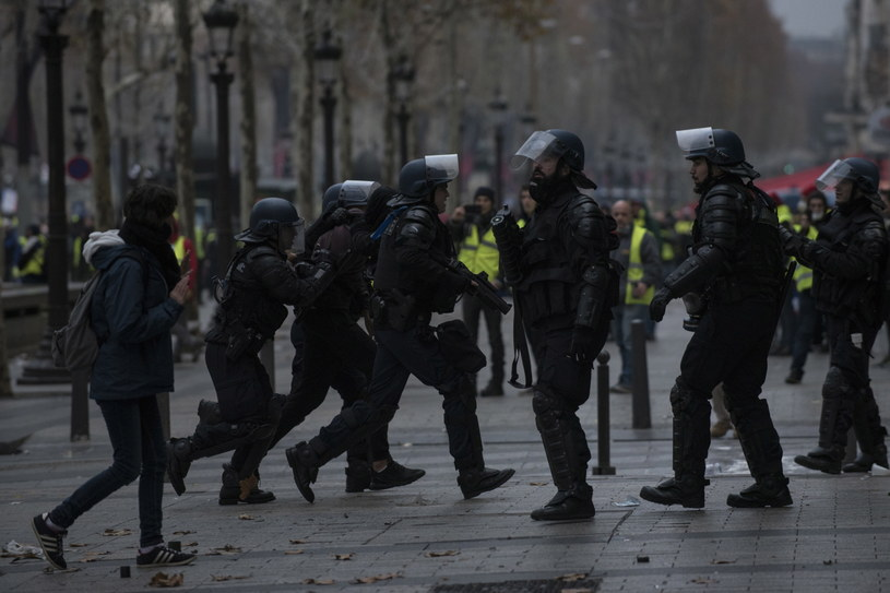 """Według """"The Times"""" fałszywe konta są kontrolowane przez rosyjskie służby specjalne. Podsycają one atmosferę wokół francuskich protestów /JULIEN DE ROSA /PAP/EPA"""