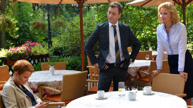 Według Walawskiej Chowański wplątuje się w jakieś nieczyste interesy, a jego biznesowi partnerzy wyglądają na rasowych gangsterów. Obracają dużymi pieniędzmi, głośno się zachowują i piją przy tym dużo wódki. /www.barwyszczescia.tvp.pl/
