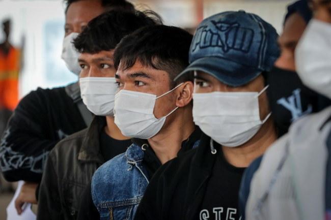 """Według wirusolog wariant Delta jest """"jak Rambo, uzbrojony po zęby i znacznie bardziej niebezpieczny"""" /Raul Martinez /PAP/EPA"""