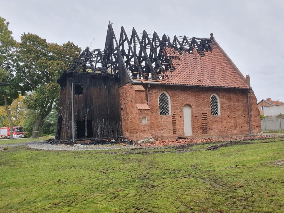 Według wstępnych szacunków, przekazanych strażakom przez miejscowego proboszcza straty po pożarze sięgać mogą nawet około miliona złotych /KP PSP w Nowym Dworze Gdańskim /