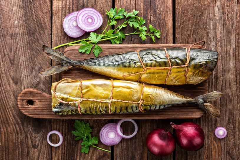 Wędzonych ryb powinny unikać kobiety w ciąży. Mogą one zawierać bakterie z rodzaju listeria monocytogenes /123RF/PICSEL