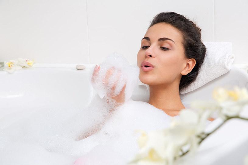 Weekendowy wieczór przeznacz na domowe spa. Nie tylko odpręży i odstresuje, ale też zregeneruje ciało /123RF/PICSEL