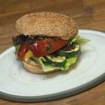 Wegański burger z grillowanymi warzywami i musztardowym wegańskim majonezem