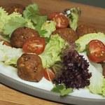 Wegetariańska sałatka z falafelami