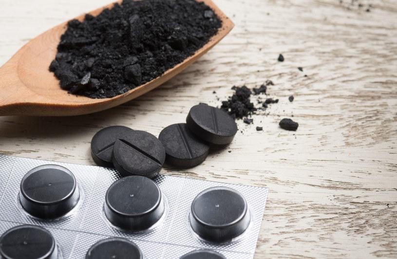 Węgiel aktywny wykorzystywany jest do leczenia zatruć, ponieważ pochłania toksyny w układzie pokarmowym /123RF/PICSEL