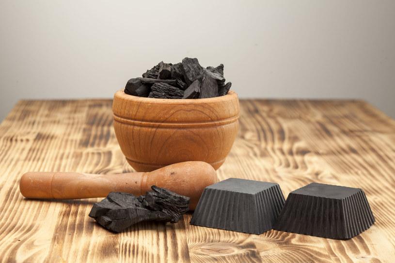 Węgiel ma niezwykłą moc wychwytywania zanieczyszczeń /123RF/PICSEL