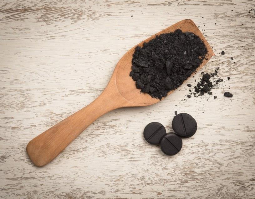 Węgiel pomaga na zatrucia pokarmowe /123RF/PICSEL