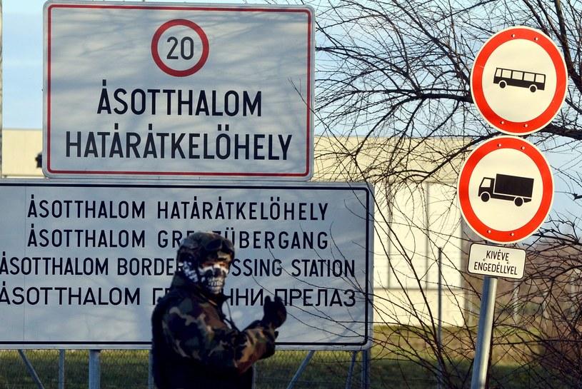 Węgierscy żołnierze pilnują granicy z Serbią /AFP