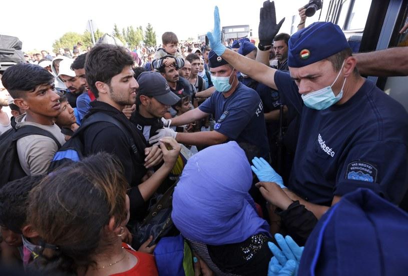 Węgierska policja pilnuje migrantów /PAP/EPA