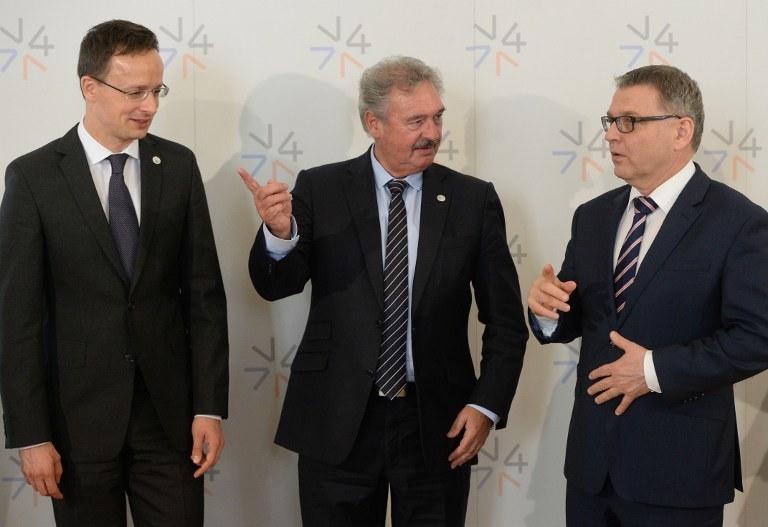 Węgierski minister spraw zagranicznych Peter Szijjarto, szef MSZ Luksemburga Jean Asselborn i czeski mister spraw zagranicznych Lubomir Zaoralek /MICHAL CIZEK / AFP /AFP