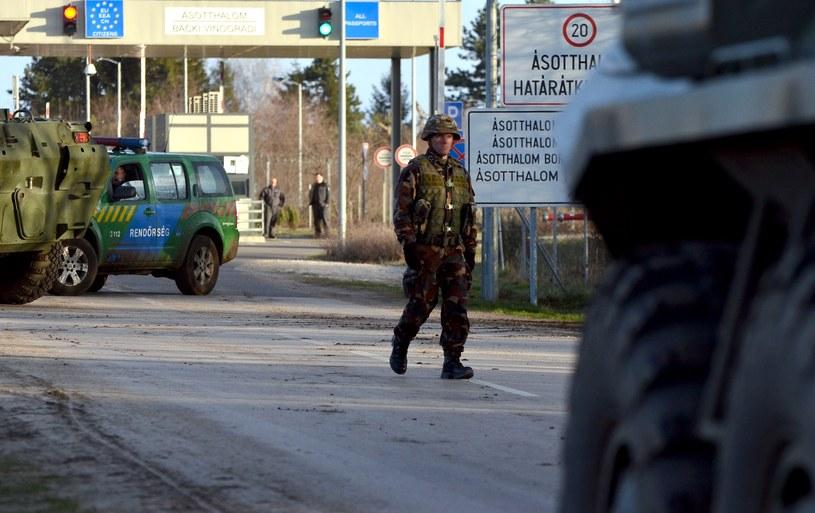 Węgierski żołnierz na granicy serbsko-węgierskiej / fot. ilustracyjna /CSABA SEGESVARI /AFP
