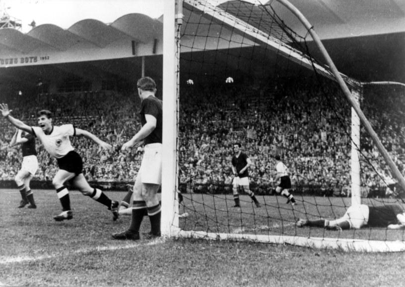 Węgry - Niemcy 2-3 w finale mistrzostw świata 1954 w Bernie, moment po golu dla Niemców /Ullstein/Bild /Newspix