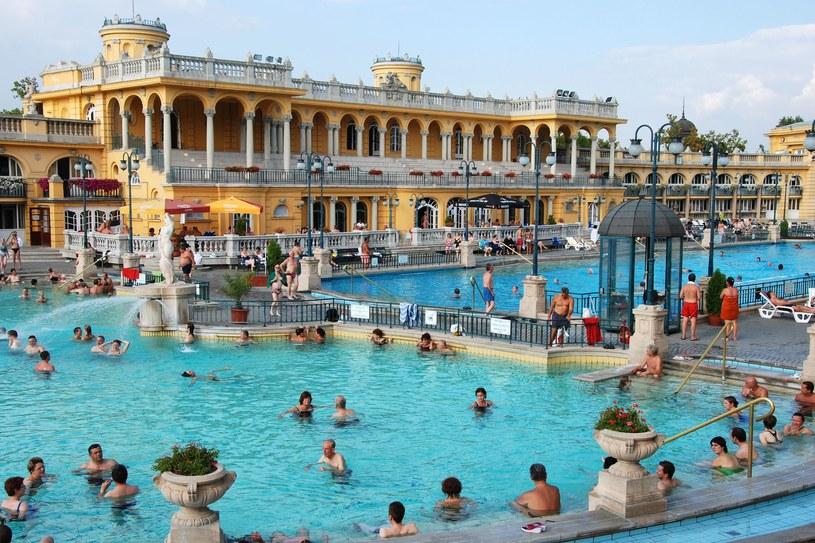 Węgry znane są ze swoich gorących źródeł, a w Budapeszcie znajduje się jeden z większych kompleksów basenów /123RF/PICSEL