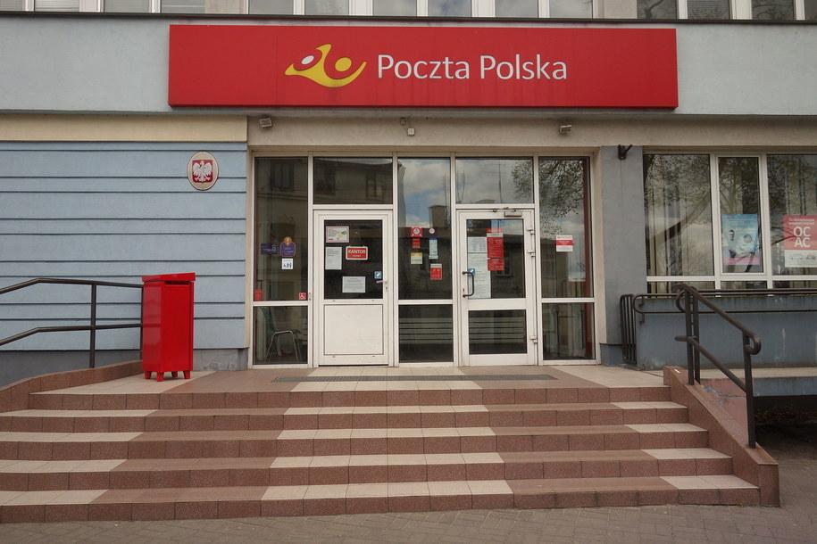 Wejście do budynku Poczty Polskiej w Płocku/ Zdjęcie ilustracyjne /Piotr Augustyniak /PAP