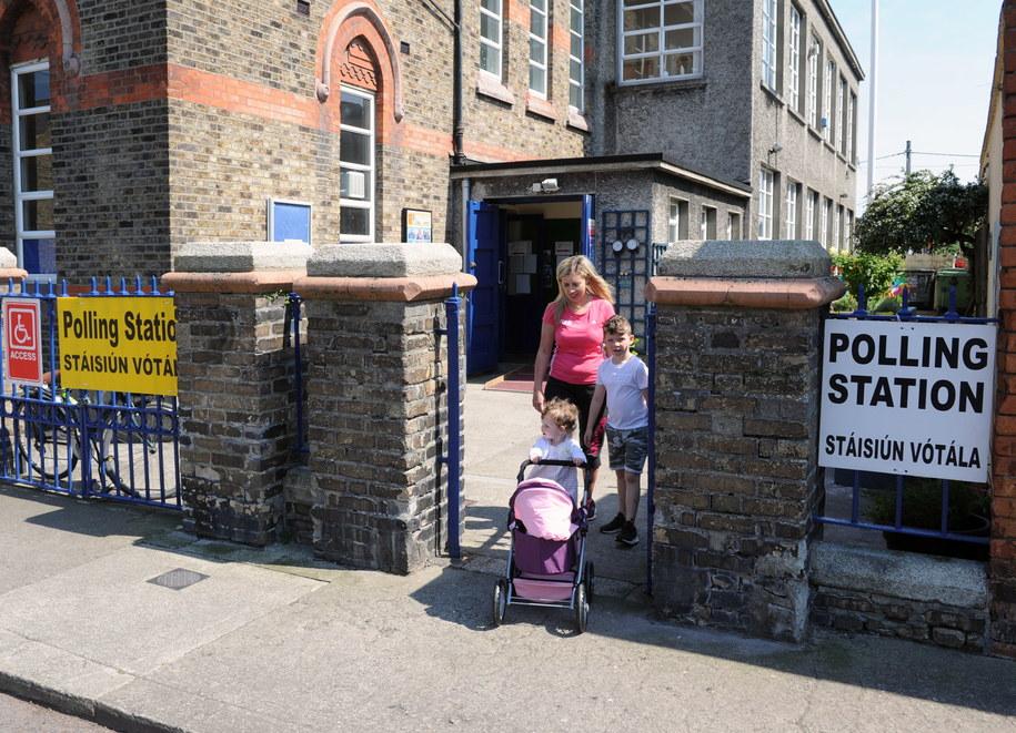 Wejście do jednego z lokali wyborczych w Dublinie /AIDAN CRAWLEY  /PAP/EPA