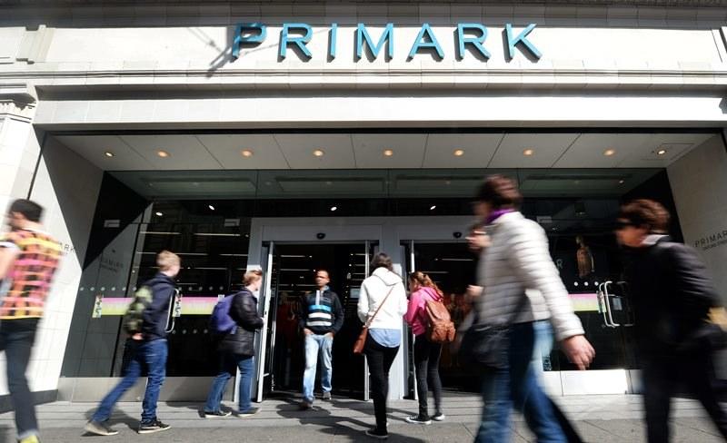 """Wejście do jednego ze sklepów """"Primark"""" w Londynie /ANDY RAIN /PAP/EPA"""