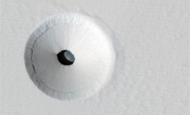 """Wejście do jednej z marsjańskich """"jaskiń"""". Fot. NASA /materiały prasowe"""