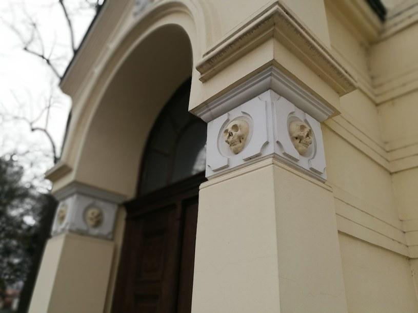 Wejście do kaplicy, kryjącej Wieżę Czaszek /Sławek Zagórski /INTERIA.PL