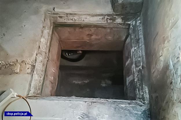 Wejście do laboratorium znajdowało się pod kojcem dla psów /Policja