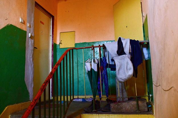 Wejście do mieszkania w miejscowości Kozłów w powiecie miechowskim, w którym w sobotni wieczór 42-letni mężczyzna zaatakował dwóch chłopców metalową pałką. 10-latek zmarł na miejscu. 13-latek, syn napastnika, został przetransportowany w ciężkim stanie śmigłowcem do szpitala w Krakowie.