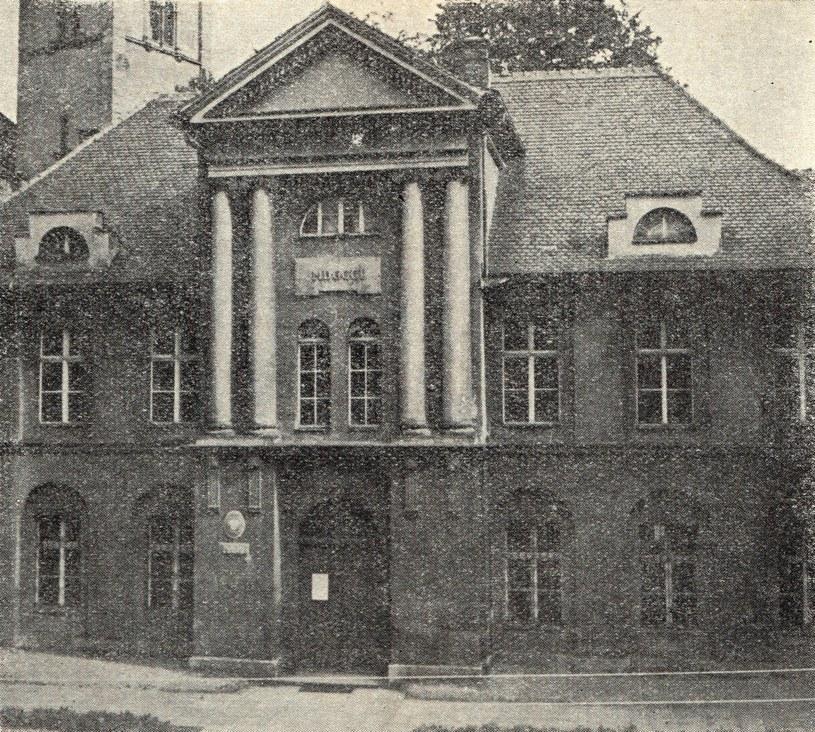 Wejście do Muzeum w Wałbrzychu w latach 50. XX wieku /Odkrywca