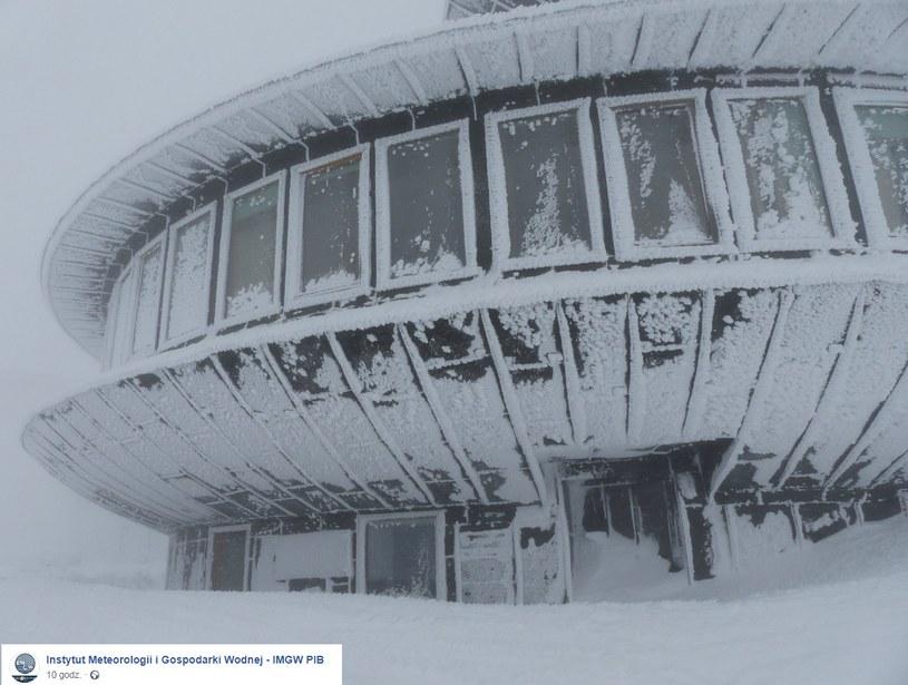 Wejście do obserwatorium przysypane śniegiem /Paweł Parzuchowski/WOM Śnieżka /